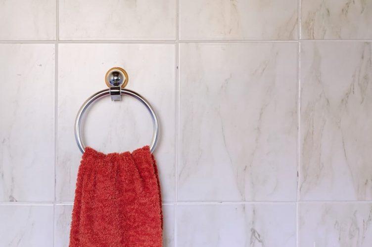 Cận cảnh giá treo khăn treo tường trên tường phòng tắm.