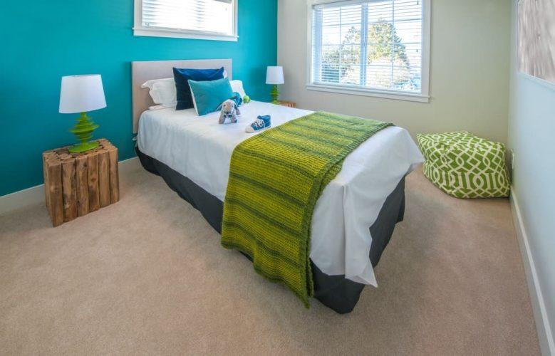 Một phòng ngủ quyến rũ được bổ sung bởi các sắc thái khác nhau của màu xanh lá cây và màu xanh lam.