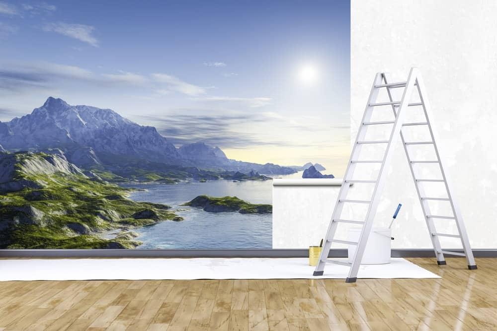 Một bức tranh tường lớn của một cảnh bên bờ biển đang được cài đặt trên một bức tường trắng.