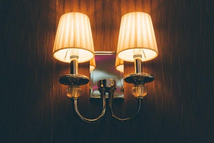 Đèn tường trên tường gỗ.