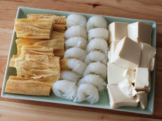 Đậu hũ, mì và da đậu hũ để nhúng lẩu Trung Hoa.