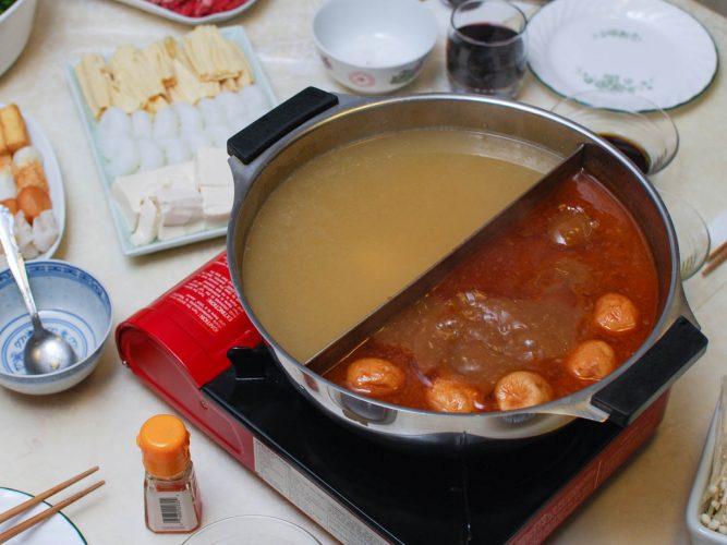 Lẩu Trung Quốc với hai loại nước dùng khác nhau.