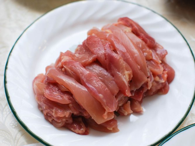 Thịt gà xé sợi cho món lẩu Trung Hoa.