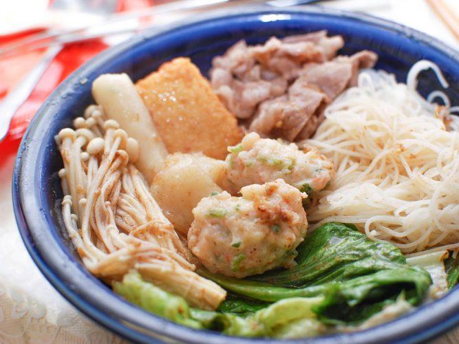 Mì, thịt và rau nấu trong lẩu Trung Hoa.