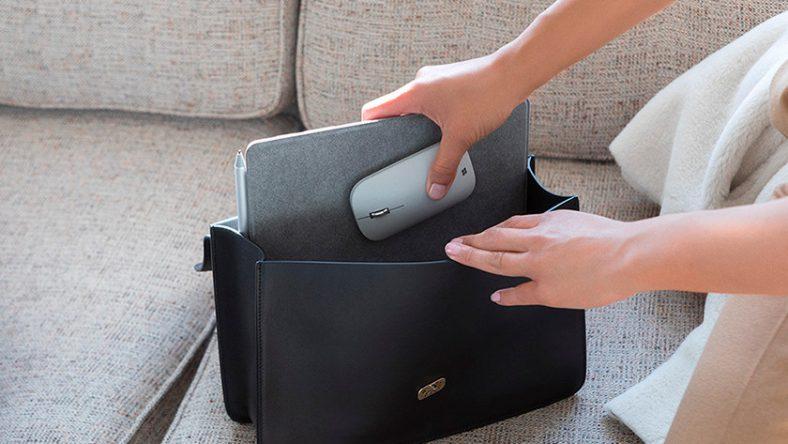 Người phụ nữ đặt một Laptop 10 inch trong túi xách cùng một con chuột.