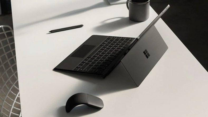 Laptop 12 inch trên bàn có chuột và bút bên cạnh.